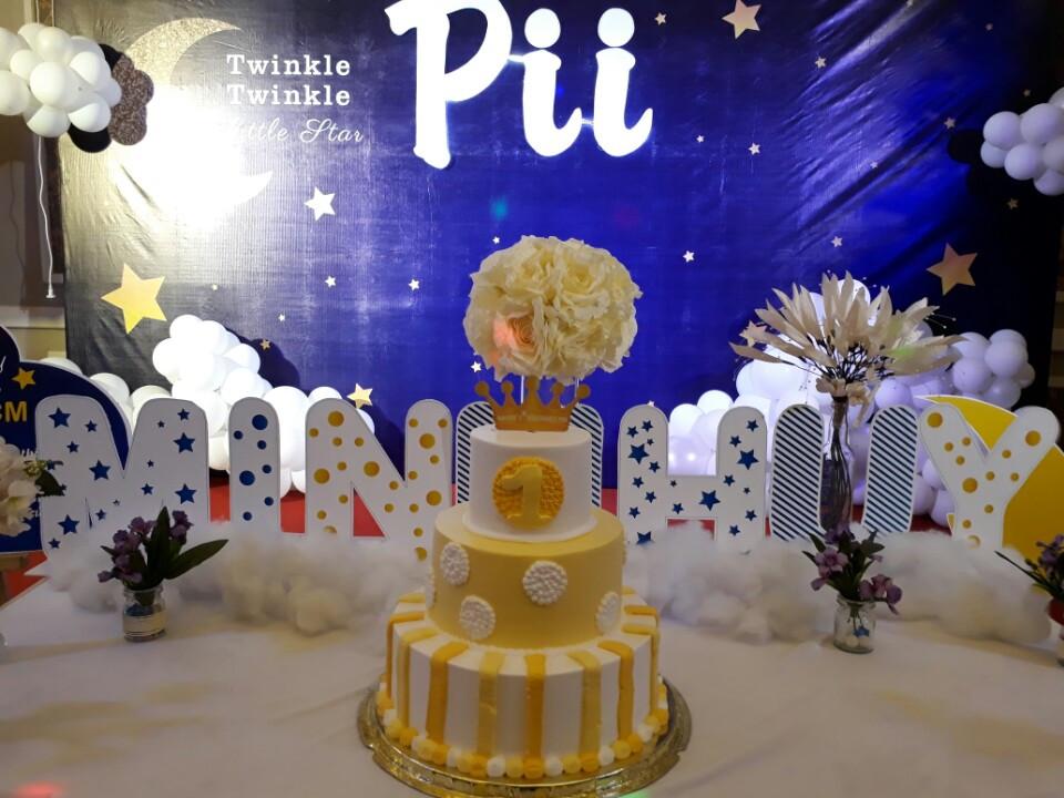 Bàn sự kiện cho tiệc sinh nhật được trang trí theo gu của mùa Giáng Sinh