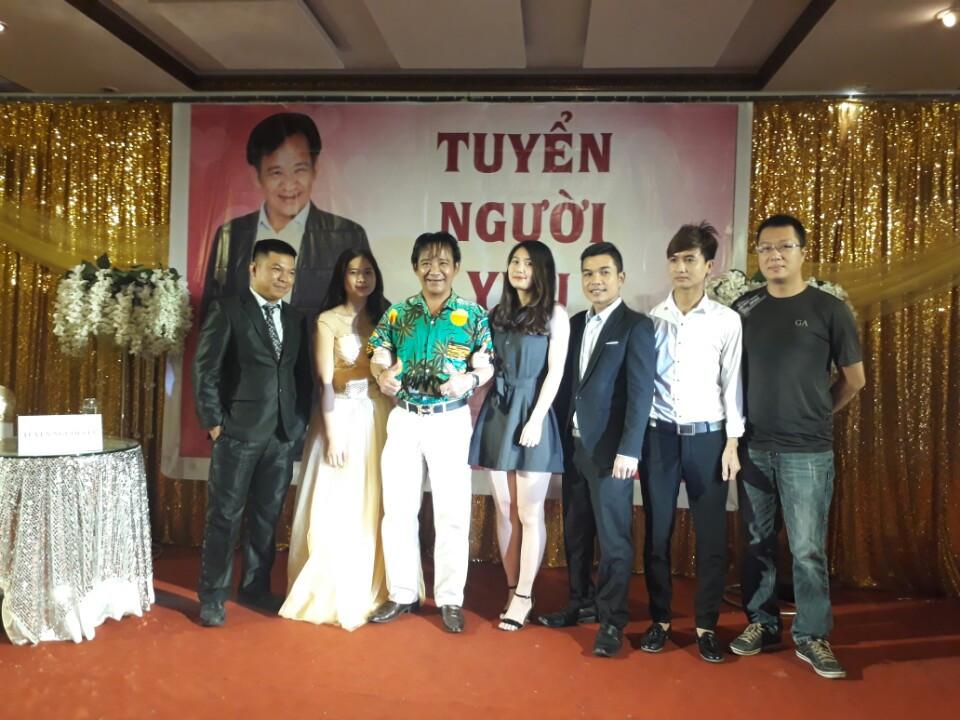 Nghệ sỹ Quang Tèo chụp ảnh cùng người hâm mộ tại Tràng An Palace