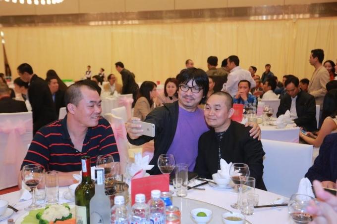 Hai nghệ sỹ Xuân Hinh và Giáo sư xoay đang tranh thủ tự sướng trong tiệc cưới