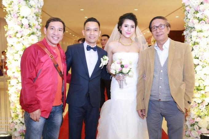Chú rể Cao Dương - Nhà sản xuất chương trình xuân Phát Tài cùng cô Dâu rạng người trong ngày cưới đang chụp ảnh cùng các khách mời