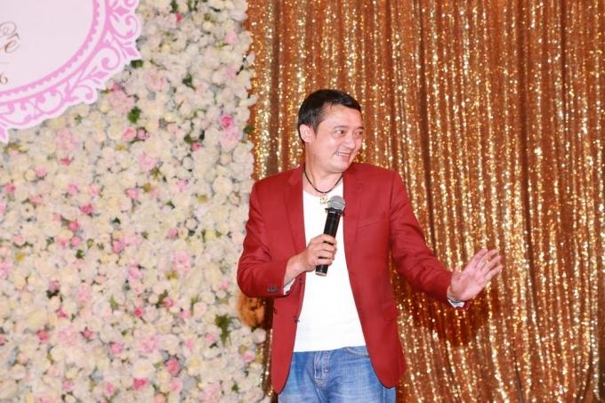 Danh hài Chiến Thắng cũng góp vui với tiệc cưới một tiến mục ca nhạc hài kịch vui nhộn