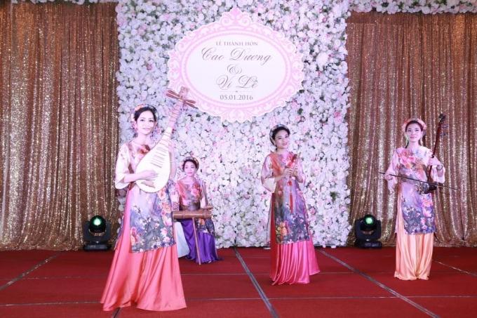 Nhiều tiết mục ca múa nhạc dân tộc được diễn ra trong tiệc cưới