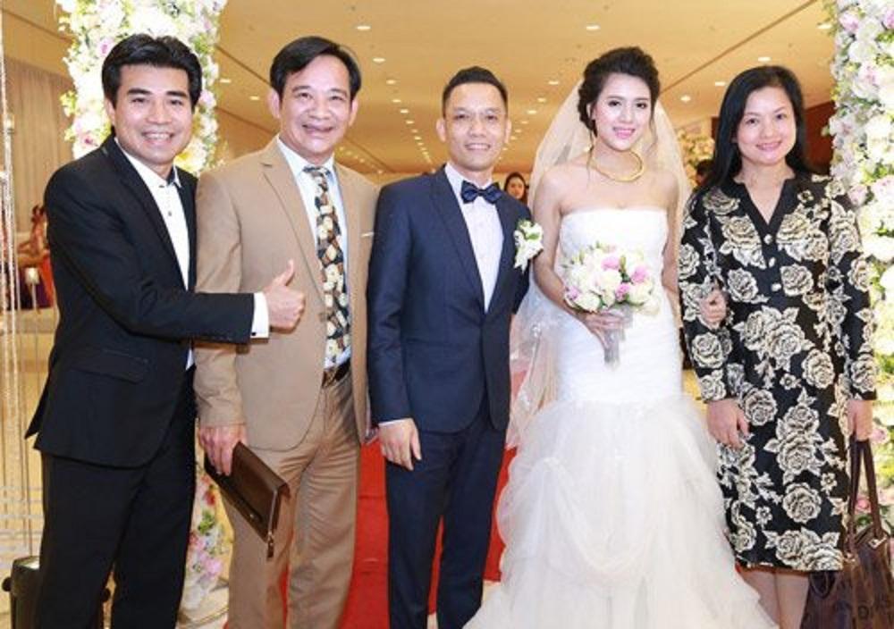 Cô dâu - Chú rể hân hoan đón tiếp vầ chụp ảnh cùng khách mời