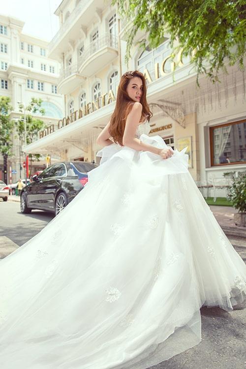 váy cưới dài tha thướt