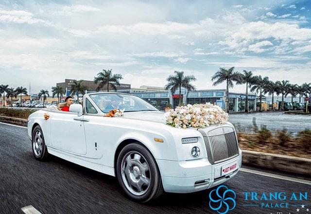 Tặng xe hoa rước dâuRolls-Royce Phantom Mui Trầntrong nội thành Hà Nội.