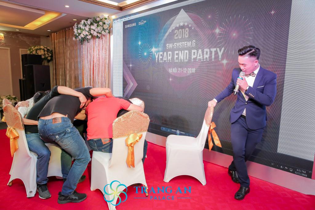 MC tổ chức mini game nhỏ trong bữa tiệc liên hoan