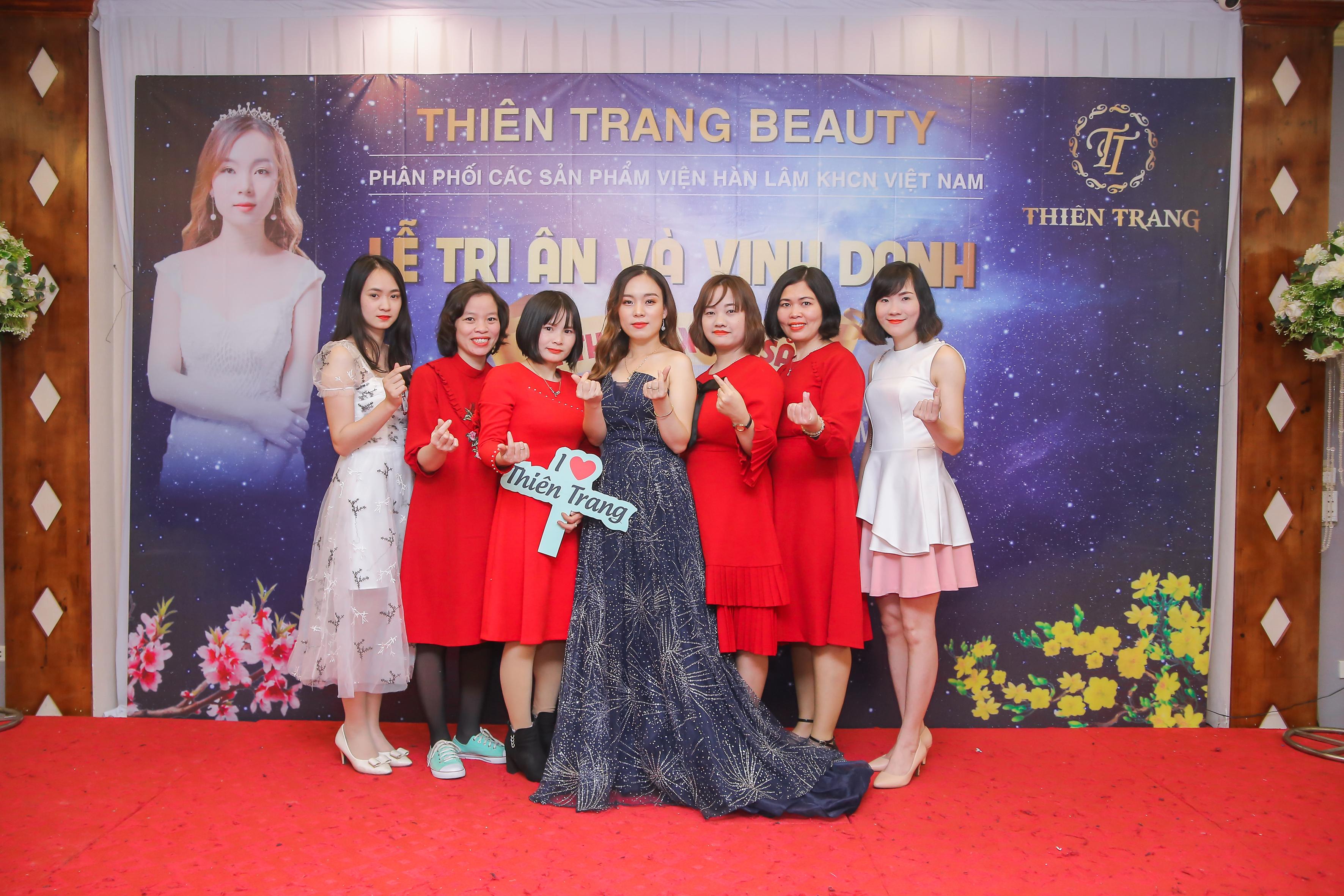 Giám đốc Thiên Trang cùng đội ngũ nhân viên trước buổi tiệc