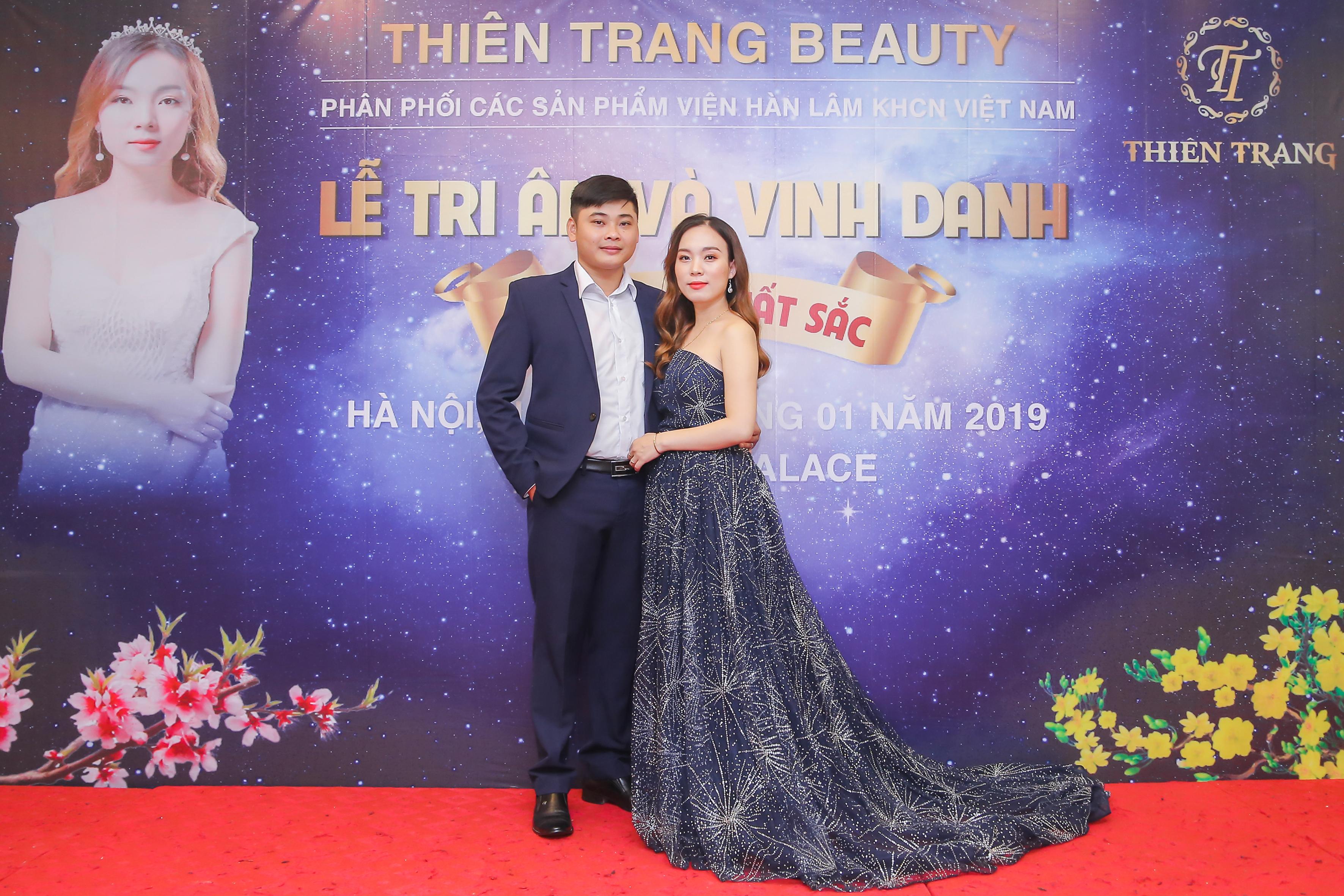 Giám đốc Thiên Trang e lệ cùng ông xã