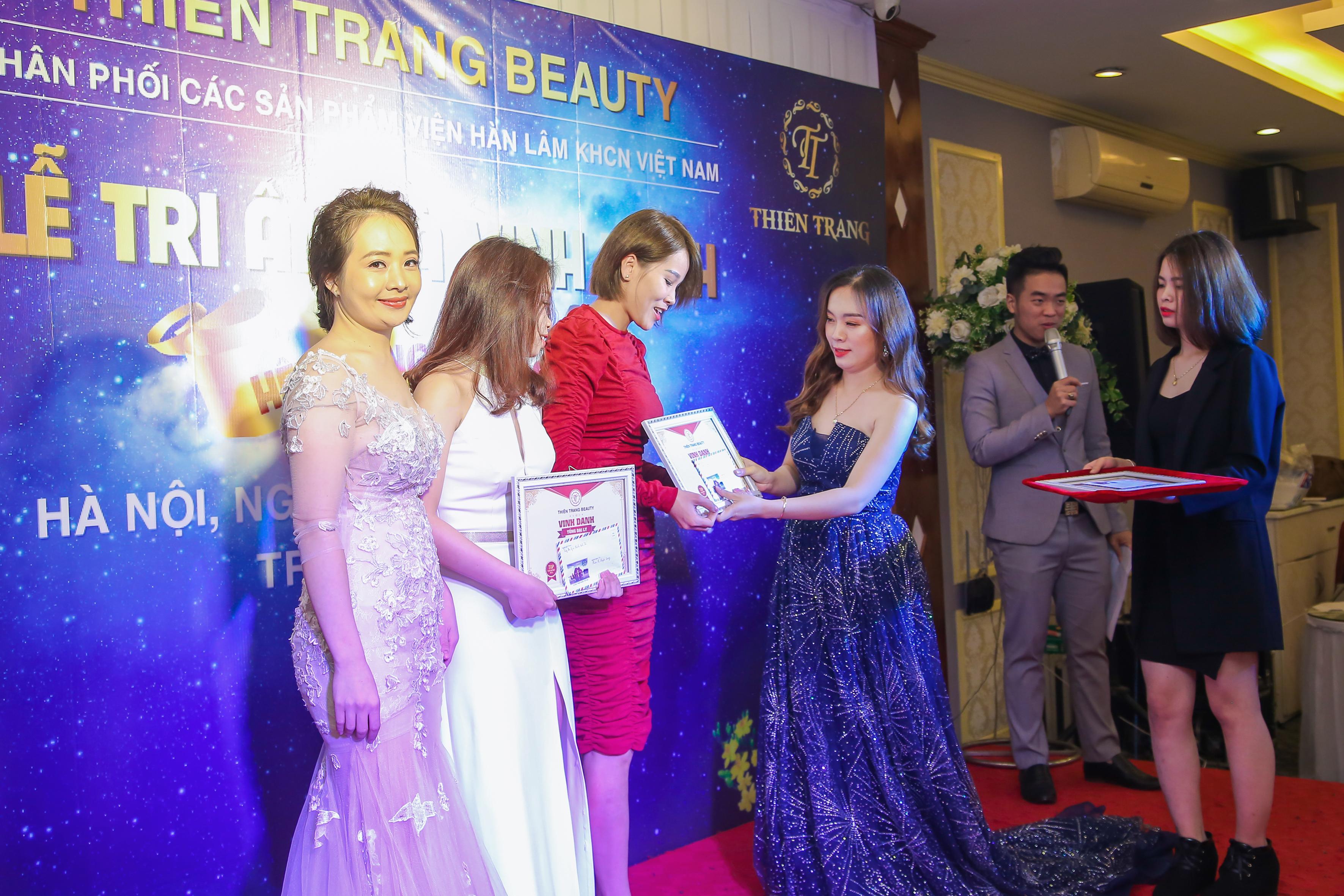 Giám đốc Thiên Trang trao bằng vinh danh cho cá nhân xuất sắc