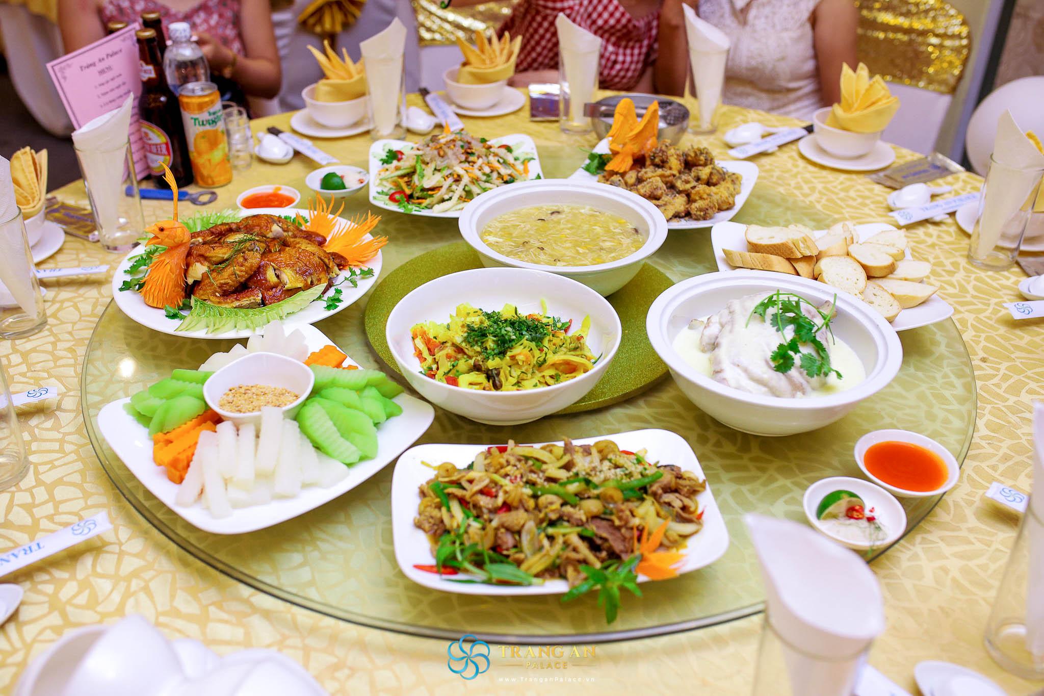 Menu phong phú, đa dạng với hàng trăm món ăn Á - Âu