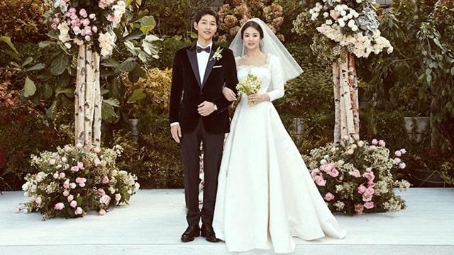 Váy cưới lụa trơn nhẹ nhàng nhưng không kém phần sang trọng