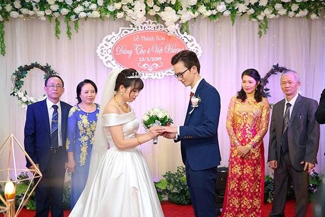 Một chiếc váy cưới nhẹ nhàng cũng đủ để giúp cô dâu toả sáng