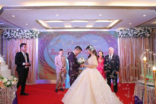 Cô dâu như một nàng công chúa bước ra từ chuyện cổ tích