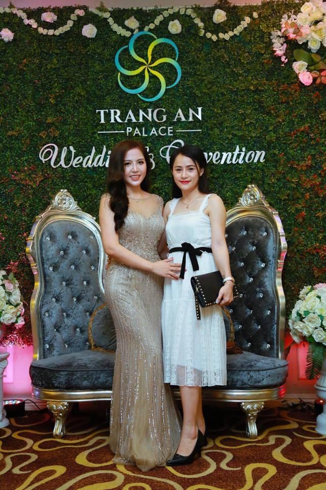Sảnh ngoài của trung tâm hội nghị tiệc cưới Tràng An Palace