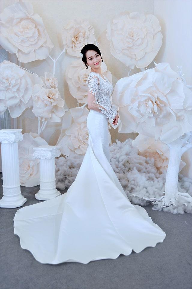 Váy cưới cô dâu dáng đuôi cá với điểm nhấn ren thân trên