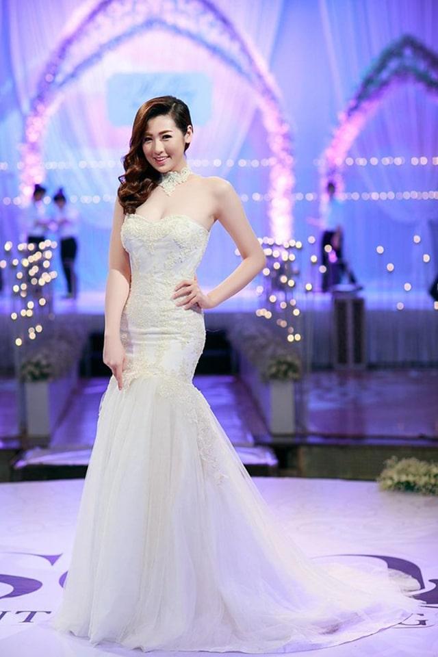 Váy cưới cô dâu dáng đuôi cá tôn lên số đo hoàn hảo