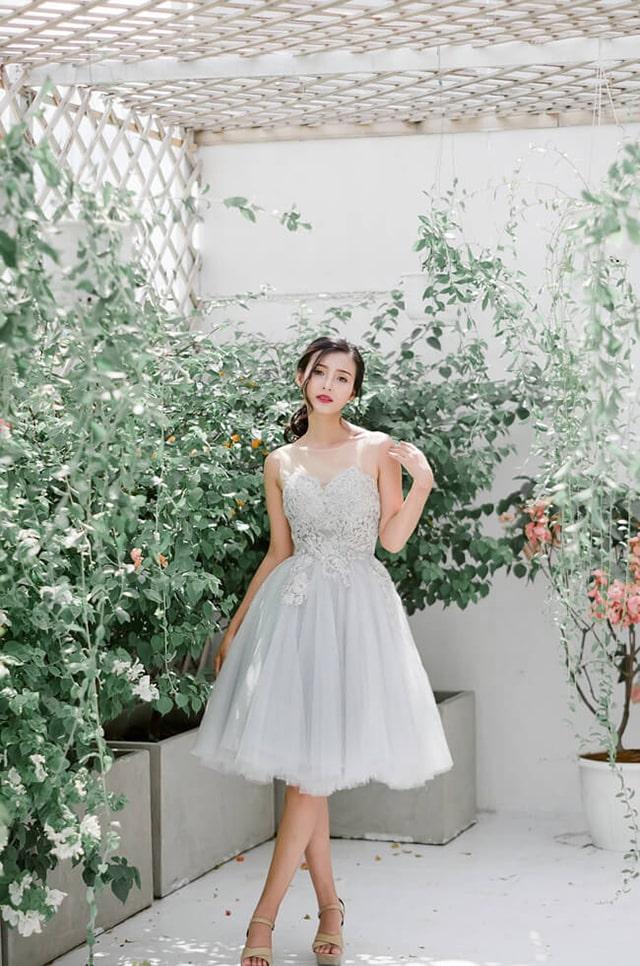 Váy cưới dáng ngắn trẻ trung, năng động.