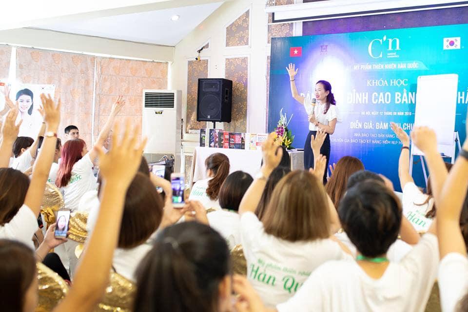 Nhân viên được đào tạo hào hứng trong buổi đào tạo tại trung tâm tổ chức sự kiện