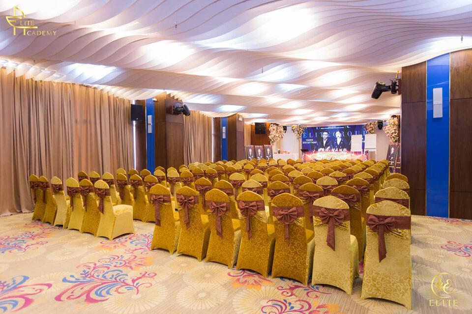 Hội trường chuẩn bị trước khi buổi lễ bắt đầu