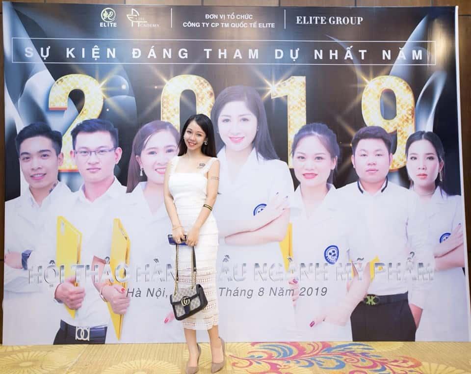 Khách mời chụp ảnh tại sảnh trước của địa điểm tổ chức sự kiện
