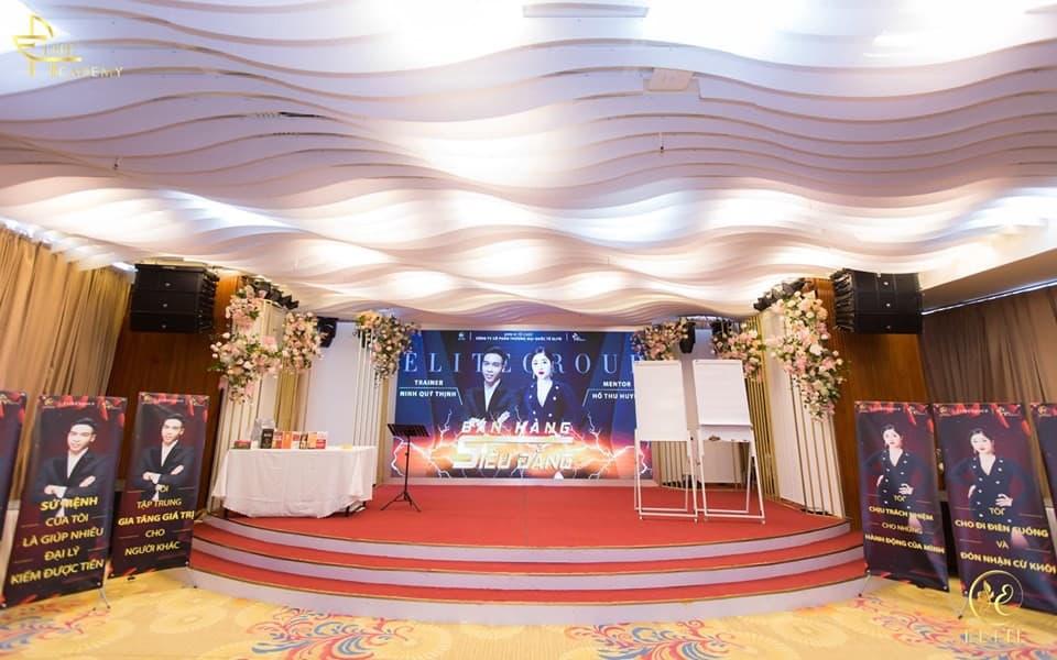 Không gian sân khấu tại địa điểm tổ chức sự kiện