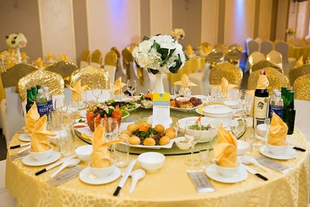 Bàn tiệc ăn truyền thống của Tràng An Palace.