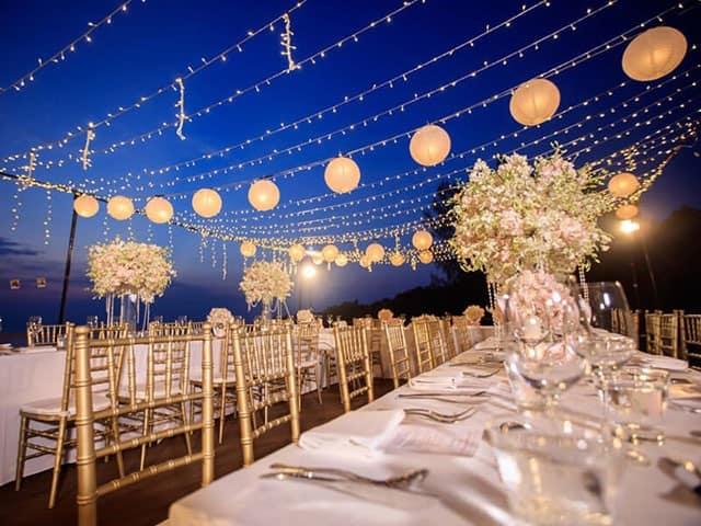 Hãy lựa chọn một không gian rộng rãi, trang trí nhiều ánh đèn lung linh cho bữa tiệc buffet của mình nhé