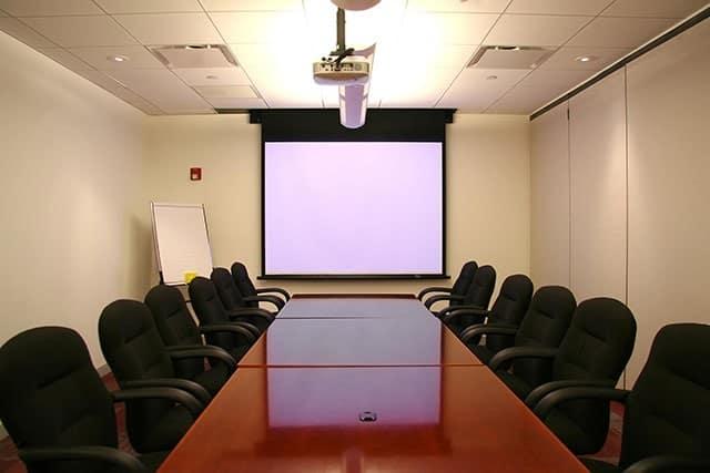 hệ thống màn chiếu khi thuê phòng đào tạo