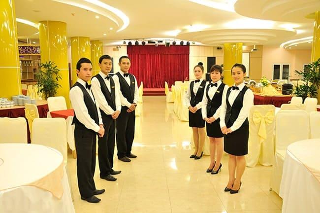 Những lễ tân chuyên nghiệp làm công tác tiếp đón khách.