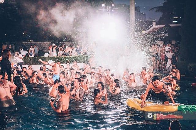 Tổ chức lễ kỷ niệm bằng Pool Party là một trong những xu hướng tổ chức lễ hội được nhiều người yêu thích hiện nay